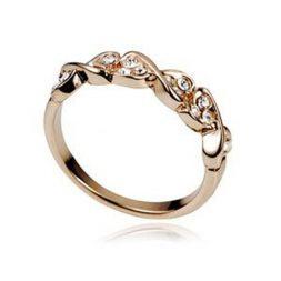 Златен пръстен с кристали Сваровски – едно от желаните бижута